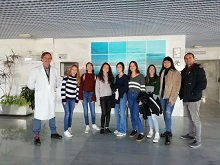 Alumnas y profesores del The British School of Almería junto al director del hospital